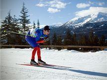 DOLŮ Z KOPCE. Martin Koukal v kontrolním závodu běžců na lyžích v kanadském Whistleru.