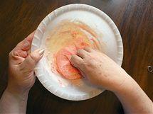 Hmotu zprvu míchejte lžící, je velice horká. Další cukr a mléko pak do hmoty zapracujte rukou, dokud se nepřestane lepit.