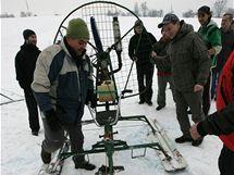 Sněholet, tedy podomácku vyrobený skibob, je poháněn motorem s vrtulí.