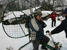 Sněholet, tedy podomácku vyrobený skibob, je poháněn motorem s vrtulí. O víkendu si zazávodily na zasněžené stráni za Jezernicí na Přerovsku.