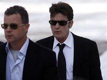 Charlie Sheen jde k soudu v Aspenu