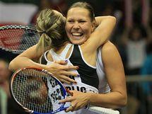 RADOST VÍTĚZEK. Lucie Hradecká a Květa Peschkeová (zády) slaví vítězství ve Fed Cupu.