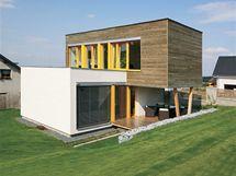Obě kostky domu mají bohaté prosklení, a to vždy na jedné straně