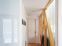 V interiéru obou pater se výrazně uplatňuje prosklení z kopilitu