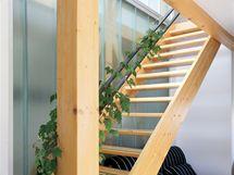 Spojení obou výškových úrovní zabezpečuje jednoduché přímé schodiště s atypickým kovovým madlem