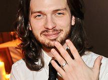 Jaromír, přítel Yemiho A.D., ukazuje zásnubní prsten