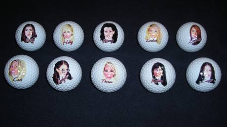 Golfové míčky s kreslenými hlavičkami údajných milenek Tigera Woodse.