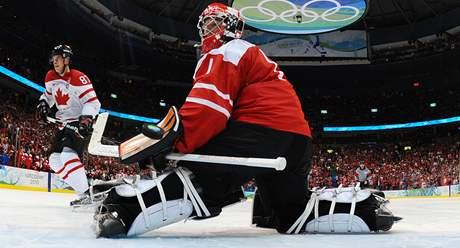 ROZHODUJÍCÍ NÁJEZD. Kanaďan Sidney Crosby překonal ve čtvrté sérii švýcarského brankáře Jonase Hillera.