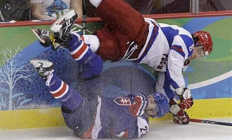 LETECKÝ DEN. Rus Alexandr Ovečkin (nahoře) si tvrdě naskočil na Luboše Bartečka (dole).