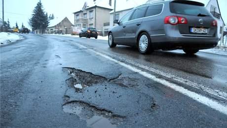 Vlivem mrazů zničené silnice v Lechovicích
