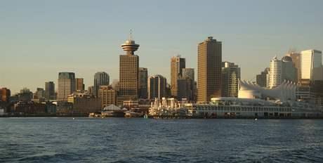 SeaBus - pohled na panorama Vancouveru s vyhlídkovou věží Lookout