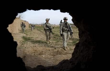 Američtí vojáci patrolují 10. února 2010 v jihoafghánské provincii Helmand; ilustrační foto