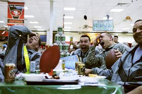 Američtí vojáci sledují v iráckém Bagdádu finále NFL, takzvaný Super Bowl, 8. února 2010; ilustrační foto