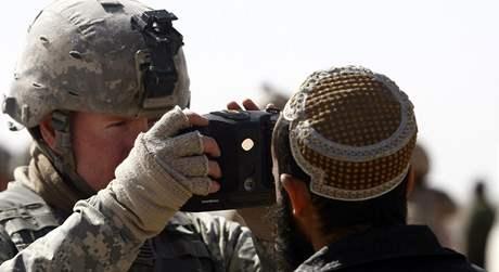 Americký voják Colin Wells na jednom z kontrolních bodů pomocí měřiče oční sítnice prověřuje afghánského muže; provincie Helmand, Jižní Afghánistán, 9. února 2010; ilustrační foto
