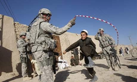 Americký seržant Brian Kolessar (vlevo) si hraje s afghánskými dětmi; Kandahár, jižní Afghánistán, 15. ledna 2010, ilustrační foto