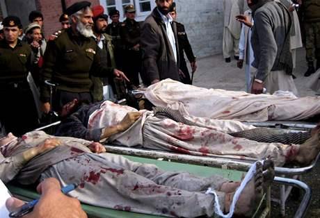 Pakistán, země, na níž USA obzvlášť záleží.  Na ilustračním snímku stojí příslušníci tamějších paramilitárních jednotek nad oběťmi sebevražedného atentátníka; Khár, 30. ledna 2010