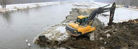 Povodí Moravy upravuje kvůli obavy z povodní břehy na soutoku Dyje a Jevišovky u Novosedel nedaleko Mikulova