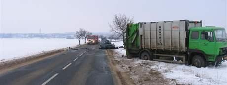 Řidič, který na Břeclavsku narazil do popelářského vozu, nehodu nepřežil