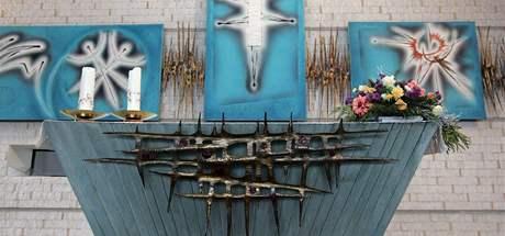 Kněžiště a oltář v moderním kostele v Senetářově, obrazy maloval Mikuláš Medek