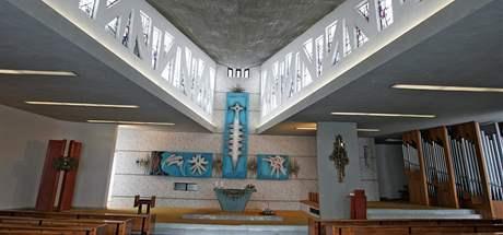 Interiér kostela v Senetářově, obrazy nad oltářem maloval Mikuláš Medek