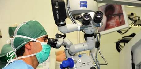 Unikátní operace primáře Pavla Stodůlky (na snímku) - transplantace umělé oční rohovky