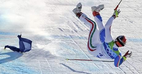 PÁD. Ital Peter Fill letí vzduchem poté, co nezvládl průjezd jedné ze zatáček ve finále superobřího slalomu.