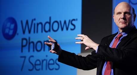 Šéf Microsoftu Steve Ballmer během představovaní nové platformy Windows Mobile 7 na barcelonském veletrhu MWC 2010