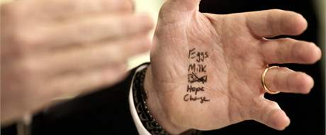 Tahák na dlani mluvčího Bílého Domu Roberta Gibbse. (9. února 2010)