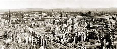 Město na kolenou. Takto vypadaly Drážďany v roce 1945 po bombardování. V sobotu uplyne 65 let od začátku spojeneckých náletů.