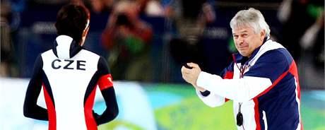 VÍTĚZKA A KOUČ. Martina Sáblíková a trenér Petr Novák se radují ze zisku zlaté medaile ze závodu na 3 000 metrů na ZOH ve Vancouveru.