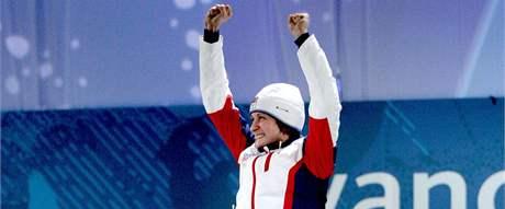 Výskokem slaví Martina Sáblíková každé své vítězství. Nejinak tomu bylo i ve Vancouveru po závodě na 3000 metrů. (14. února 2010)