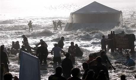 Jedna z vln spláchla diváky surfařské soutěže Mavericks Surf Contest. (14. února 2010)