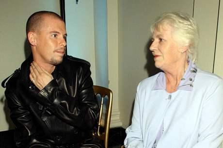 Alexander McQueen se svou matkou Joyce