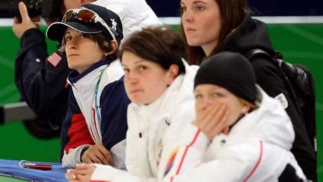 ŠAMPIONKA MEZI DIVÁKY. Martina Sáblíková, olympijská vítězka na 3000 metrů, si nenechala ujít závod své parťačky Karolíny Erbanové.