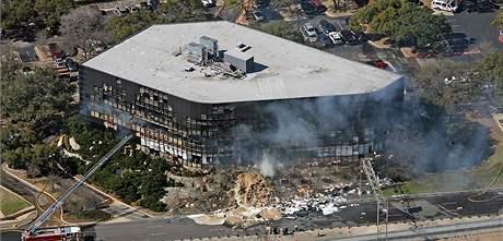 Jednomotorové letadlo narazilo do administrativní budovy v texaském Austinu (18. února 2010)