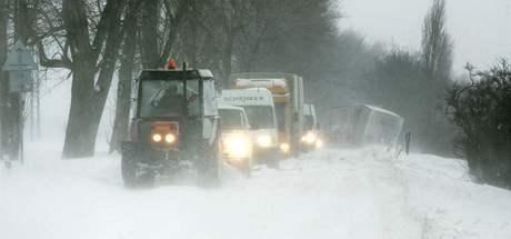 Nárazový vítr v Ústeckém kraji vytvořil na silnici Strážky - Libouchec sněhové jazyky