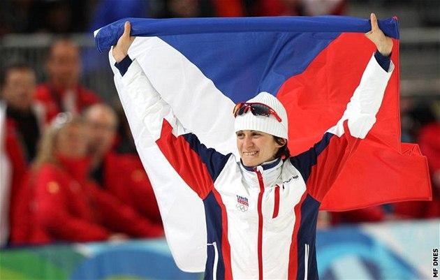 S VLAJKOU NAD HLAVOU. Martina S�bl�kov� oslavuje obrovsk� triumf, je olympijskou v�t�zkou na 3 000 metr�.