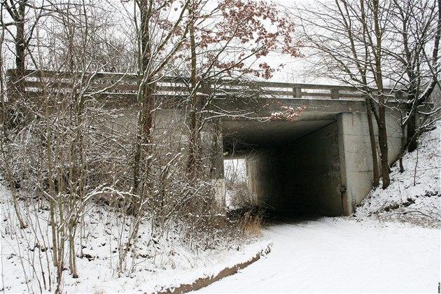 Po stopách Ba�ovy dálnice. Jeden z most� u Zást�izel je situován východn� od obce, p�esn� na úpatí Ch�ib�