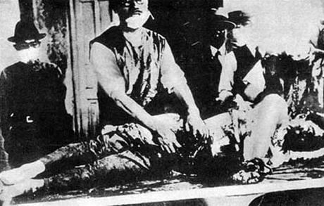 """Dobový snímek zachycuje činnost """"lékaře"""" v jednotce 731"""