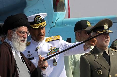 Alí Chameneí s šéfem íránského námořnictva Habibulláhem Sajárím