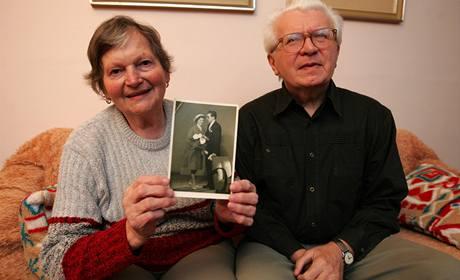 Karel Pavela s manželkou, kterou konečně vidí. Nikdy předtím ji totiž nespatřil.