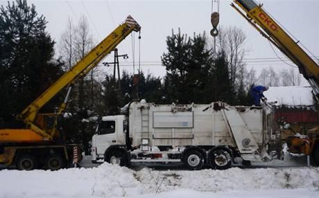 Nehoda a následné vyprošťování vozu popelářů z potoka v Jilemnici (8.2.2010)
