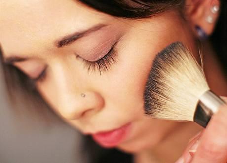Jak se správně líčit: nanášení tvářenky