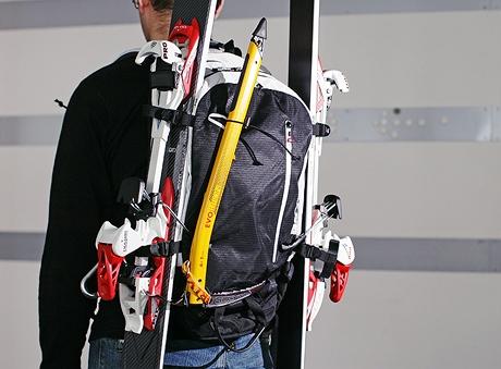 Freeridový batoh s lyžemi a cepínem