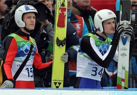 SMÍŠENÉ POCITY. Čeští skokani Roman Koudelka (vlevo) a Jakub Janda pozorují své soupeře během finálového závodu na středním můstku.