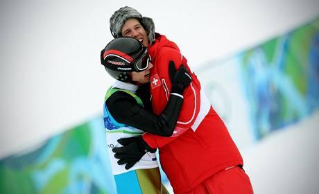TÝMOVÝ DUCH. První držitel zlaté medaile z olympiády ve Vancouveru, Švýcar Simon Ammann, se raduje z vítězství spolu s reprezentačním kolegou Andreasem Küttelem.