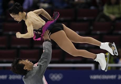 Šen Süe a Čao Chung-po v krátkém programu olympijského závodu sportovních dvojic.