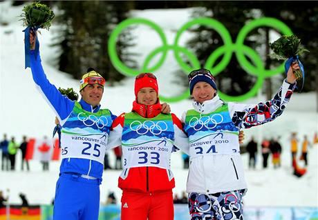 MEDAILISTÉ.Tři nejlepší ze závodu na 15 km. Zleva Ital Pietro Piller Cottrer, Švýcar Dario Cologna a Čech Lukáš Bauer.