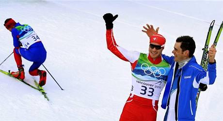 TŘETÍ VZADU. Vítěz závodu Dario Cologna ze Švýcarska a druhý Ital Pietro Piller Cottrer se už radují, zatímco bronzový Lukáš Bauer odpočívá po vysilujícím finiši.