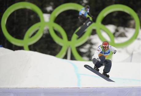 VÍTĚZ.Američan Seth Wescott si jede pro zlatou medaili ve snowboardcrossu.
